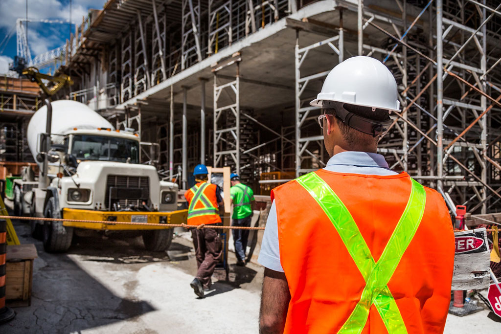 Arbeitsrecht - Baustelle mit Arbeitern