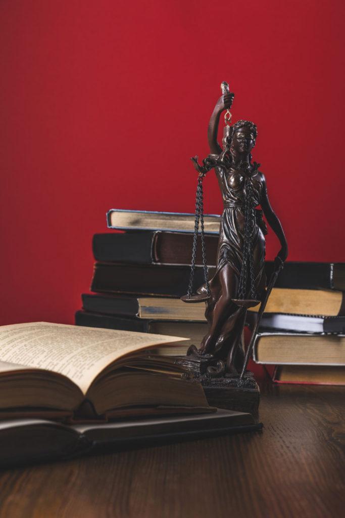 Bücher und Justitia in Kanzlei